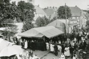 Auf dem Bild ist das Ernte- und Tierschaufest in Drolshagen auf dem Marktplatz um 1910 zu sehen. © Stadtarchiv Drolshagen